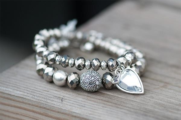 Zilveren armbanden leuk om te combineren met wat kleur.