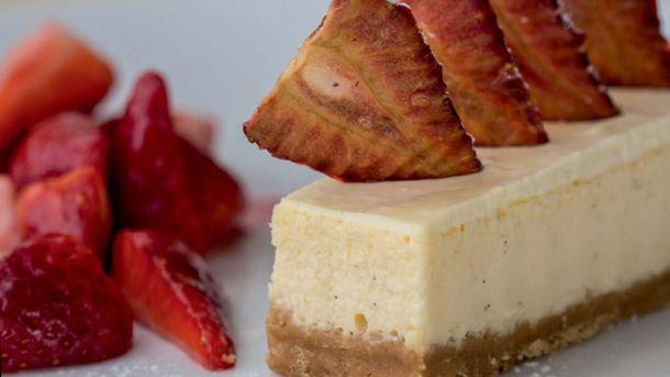 Baked vanilla cheesecake with strawberries | New World Supermarket