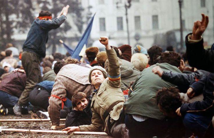 TVR prezintă în Piaţa Universităţii imagini ale Revoluţiei Române - http://herald.ro/evenimente/film/tvr-prezinta-in-piata-universitatii-imagini-ale-revolutiei-romane/