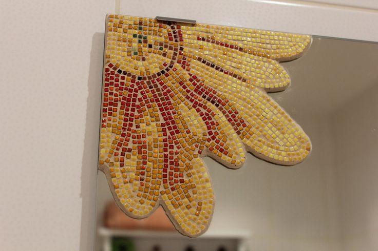 Mozaikové zrcadlo květ žlutý Mozaikové zrcadlo s obrázkem je vytvořené z keramických kamínků s glazurou z pálené hlíny. Velikost kamínků je 3x3 mm v široké barevné škále. Rozměr mozaiky 16,5 x 16 cm. Cena bez zrcadla. Velikosti zrcadel na výběr.