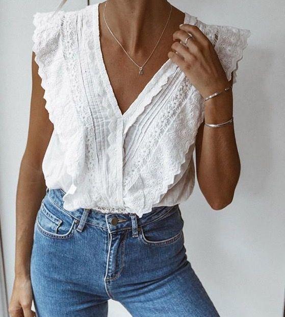 Frauen weißes Rüschenoberteil mit Jeans, Frauenmode, Frühling / Sommer-Stil
