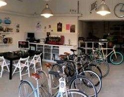 """Voi Tallinnasta ostaa isompaakin tuliaista: JOOKS-polkupyöräkaupasta ostat paitsi laadukkaita design-pyöriä myös varaosia muun muassa Pelago Bicycles - ja Velo Orange -merkeiltä. Kesällä 2014 avattu putiikki on myös kohtauspaikka pyöräilyn harrastajille. Voit kahvin ja pikkupurtavan ohessa vaihtaa kuulumisia virolaisten """"tsygäilyheebojen"""" kanssa. JOOKSIN löydät Loomelinnak-keskuksesta. #JOOKS #bicycle #Tallinna #Loomelinnak"""