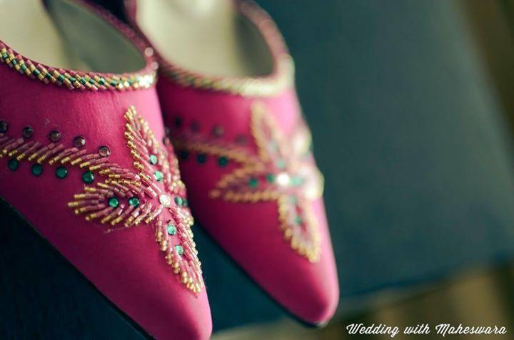 Pengantin perempuan dalam pernikahan adat Palembang Sumatra Selatan juga mengenakan sepatu selop. Bahkan selop ini peuh manik-manik layaknya kain songket yang dikenakan sebagai busananya.