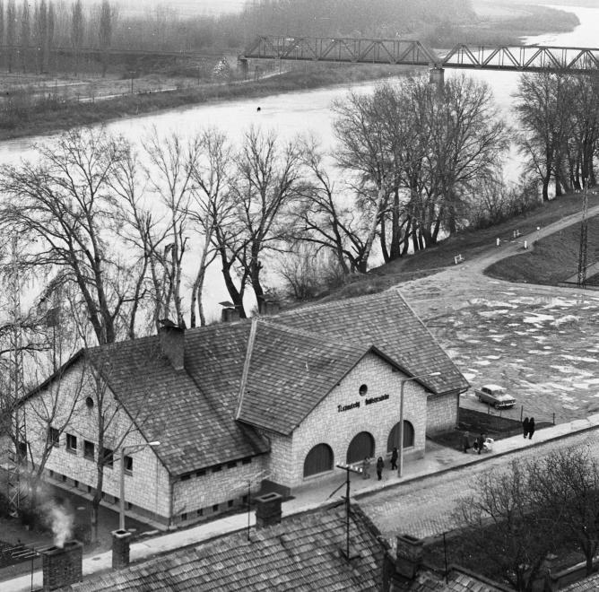 1972 orig: URBÁN TAMÁS MAGYARORSZÁG TOKAJ Bajcsy-Zsilinszky Endre út, Tiszavirág Halászcsárda. Háttérben a vasúti híd.