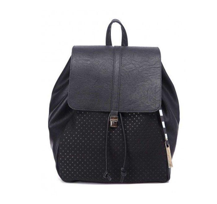 Mochila bolso black. Cómodo y fashion. AW16 tendencias. Bolso: 29,99 http://www.goandstyle.com/collections/categoria-bolsos/products/mochila-negra-detalles-perforados