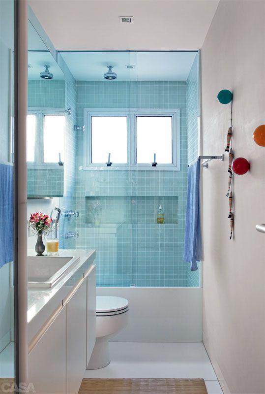 Apartamento em Ipanema por Be.bo. - No banheiro, o cabideiro de bolas de sinuca é da Ovo, e o tapete, de bambu, da Area Objetos. Toalhas da Fina Flor. #banheiro #bathroom