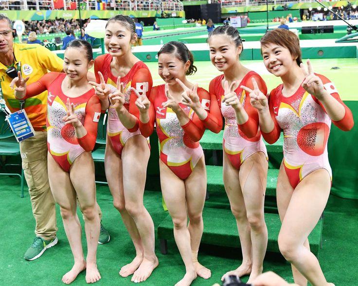 4位となり笑顔で記念撮影を行う日本チーム。左から宮川、内山、寺本、杉原、村上(撮影・清水貴仁) / 体操女子団体4位 52年ぶりメダル惜しくも届かず - 日刊スポーツ   [2016年8月10日7時56分] #リオ五輪 #体操 #日刊スポーツ #女子 #オリンピック