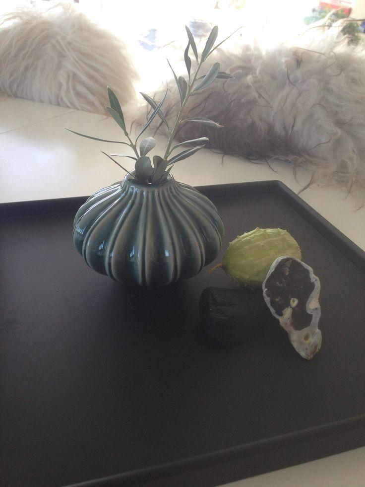 Ren sommehus stemining med smukke sten fra stranden med olivengren og frugt på SEJ Design bakke.