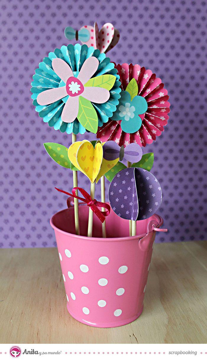 Arreglo floral hecho con flores scrapbook