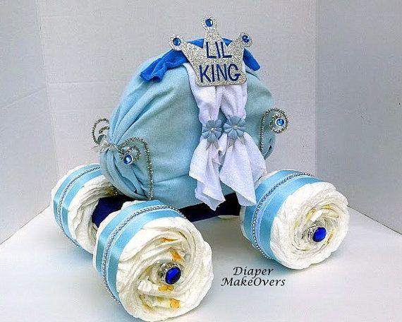 Nace un rey... Este adorable pastel de pañal de carro es perfecto para tu Principito...  Incluye: 75 tamaño una pañales, 1 manta de recepción, 3 paños, corona de espuma y accesorios decorativos.  Tamaño: 15 pulgadas de alto (parte superior de la corona hasta la parte inferior) 15 pulgadas de largo 12 pulgadas de ancho  Todos los pasteles de pañales son hechos a mano. Este pastel de pañales es envuelto en celofán transparente y enviado en dos piezas (las ruedas y el transporte) para elemento…
