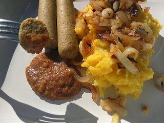 Vegane Weißwurst mit süßem Senf, Stampfkartoffeln und Zwiebeln