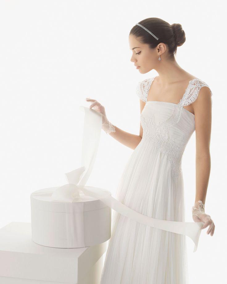 Rosa Clará 249 BETH - Vestido en tul sedoso y encaje en color natural  K19 Tiara de swarovsky en color marfil y G01 Guante de encaje y tul en color natural