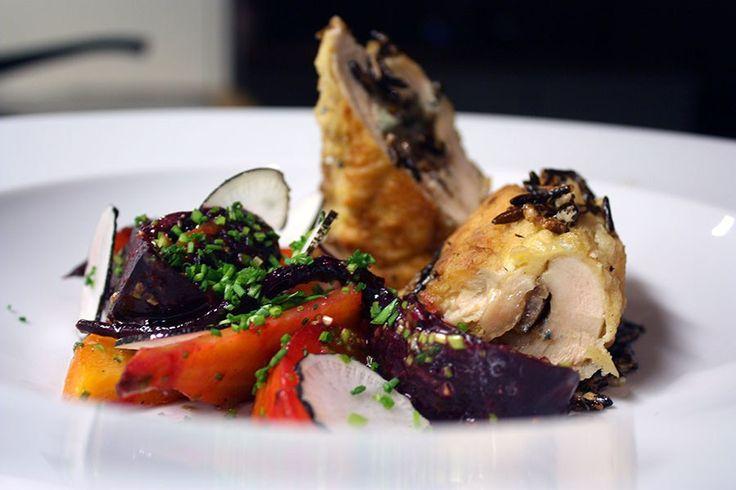 Saltbagte rødbeder i vinagrette og kyllinge-ruller med blåskimmel