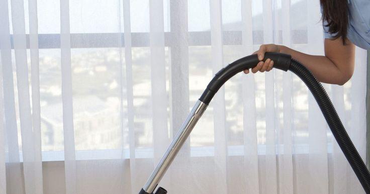 Cómo quitar el olor a leche podrida de las alfombras. El olor a leche es un hedor punzante que se fija en las alfombras cuando la leche derramada no se limpia y aromatiza completamente. La leche pasada crea un olor a podrido que se detecta hasta que sea apropiadamente removido. El uso de jabón líquido de platos neutraliza el olor a leche si limpias inmediatamente después del derrame, pero para ...