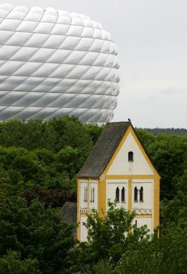 Heilig Kreuz - Münchens älteste Kirche mit der Allianz Arena, 2006