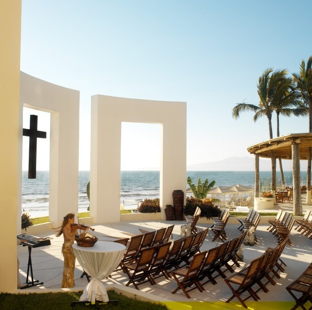 Edging the shimmering emerald waters of Banderas Bay, on the golden coast of the Mexican Pacific, Grand Velas Riviera Nayarit is an exceptional AAA 5 Diamond- rated resort with magnificent scenery, world-class facilities and friendly Mexican hospitality.