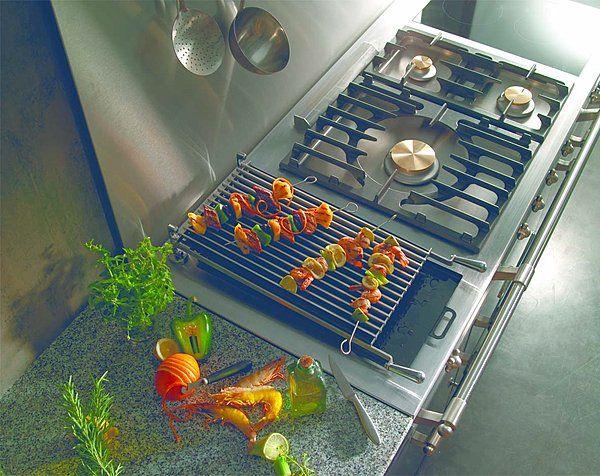 Conçu comme un fourneau professionnel, ce piano de cuisine compte un gril gaz équipé d'un système d'évacuation des graisses. Fourneau Fontenay. Lacanche.