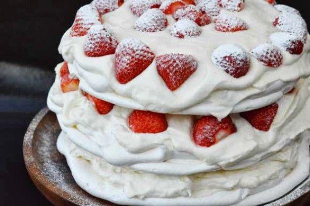Een zomerse taart voor het hele jaar. Deze schuimtaart met slagroom en aardbeien…