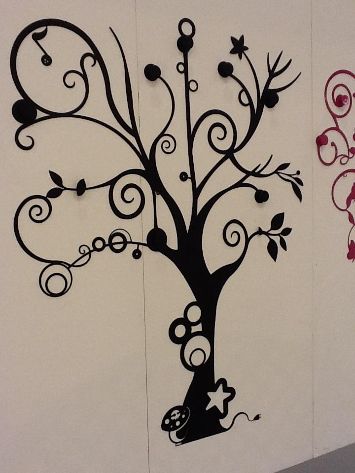 A tree as clothes hanger..  Alberi magici che prendono vita e si trasformano in appendiabiti...