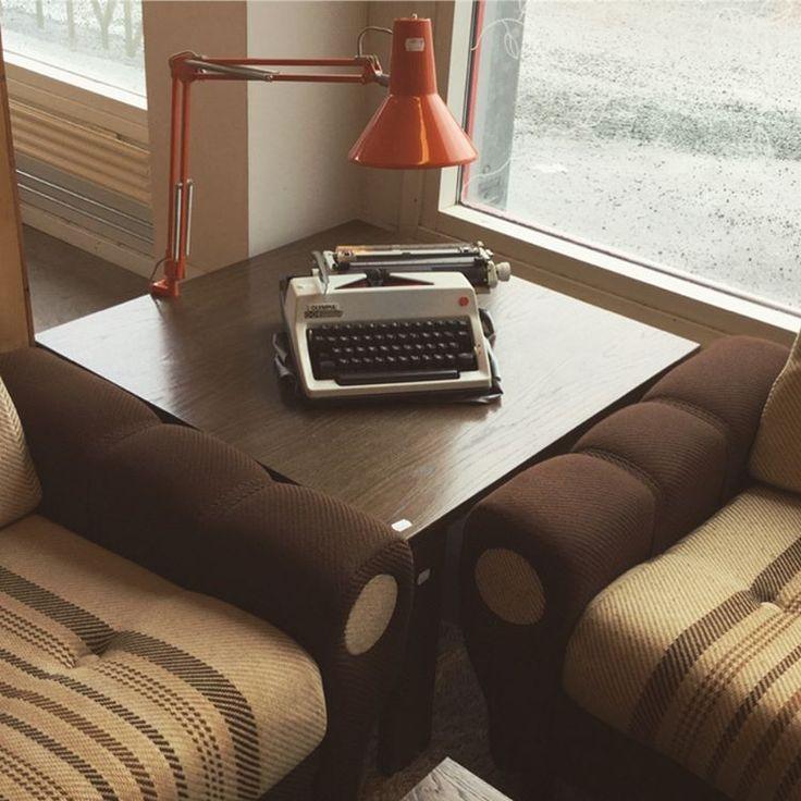 Superkul retro sofagruppe. 70-tallsstemningen er komplett med oransje skrivebordslampe. #velkommen #fretexheggstadmyra #vintage #gjenbruk #secondhand #møbler #interior #interiør #retro #70s  #70-talls 3-seter kr 900, 2-seter kr 600, lenestol kr 300. Skrivemaskin kr 250, skrivebordslampe (2stk) kr 150 pr stk