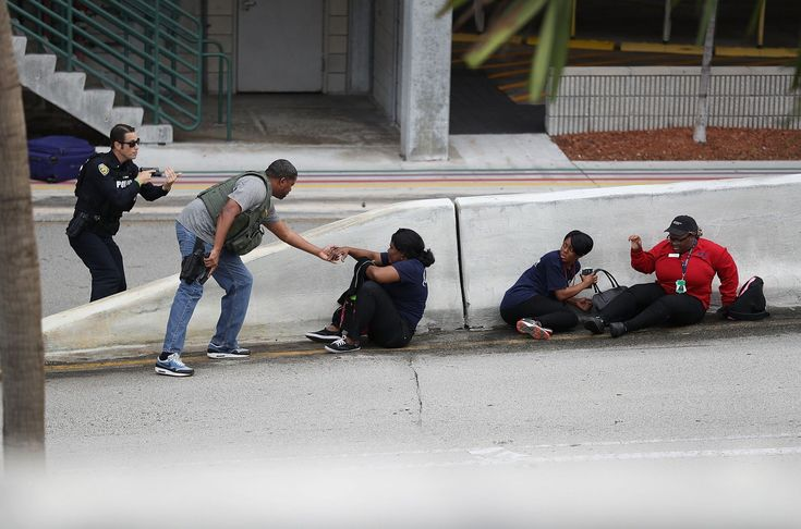 Al menos 5 personas murieron y 13resultaron heridas cuandoun joven abriófuego este viernes en la zona de recogida de equipajes de la terminal 2 del Aeropuerto Internacional de Fort Lauderdale-Hollywood, en el sur de la Florida.