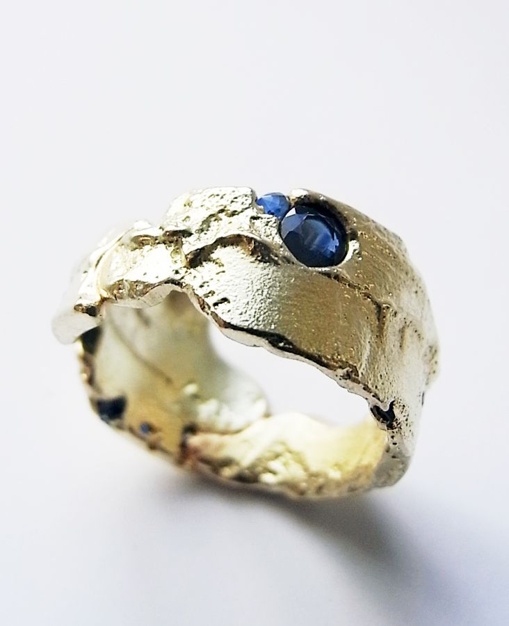Freeform ring in 18ct gold, cut sapphires and sapphire fragments by Kelvin J. Birk 2013