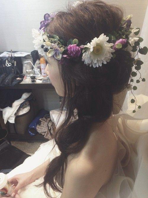 ウェディングドレスにおすすめの髪型を紹介します。女子の永遠の憧れ!そんなウェディングドレスは髪型にもこだわりたいですよね。ボブヘアの丸みを生かしたり、ロングへアをアレンジしたり、可愛いヘッドドレスや花冠をつけたりと、たくさんの選択肢がありますね。みんなの髪型を参考に、お気に入りの髪型で当日の挙式に臨んでくださいね♪