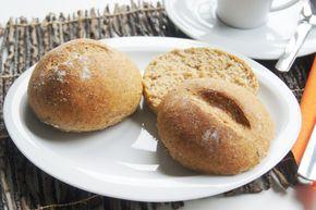 Dinkelbrötchen sind ja in der Regel immer etwas fester. Durch den kleinen Anteil des Weizenmehls allerdings, werden sie sehr locker. Und mit wenigen Zutaten sind sie auch recht schnell zubereitet. Zutaten für 3Stück: 150 g Dinkelvollkornmehl 50 g Weizenmehl 1 EL Leinsamen geschrotet 120 ml lauwarmes Wasser 1/2 TLSalz 1/4TL Zucker 20 g Pflanzenmargarine 1/2 P. Trockenhefe Zubereitung: Die Pflanzenmargarine in einem kleinen Topf schmelzen. Anschließend alle Zutaten…
