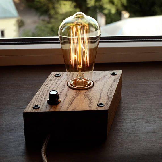 Une lampe en bois conçue pour les rétros ampoules EDISON. La lampe en forme d'un losange est faite à la main à partir de bois naturel, poli et recouvert d'huile danoise. Chêne naturel.  PLUS DE DÉTAILS -Base Dimensions: 17 cm * 11, 5cm (5, 6 * 4 pouces) -Pleine hauteur - 18, 0cm (7,2 pouces) -Longueur: 165cm (66 pouces) (fiche européenne) Les utilisateurs des États-Unis, Canada et l'Australie est livré avec adaptateur de prise -40 watt Ampoule Edison -Base E27 | max 60 watt  Politique de…