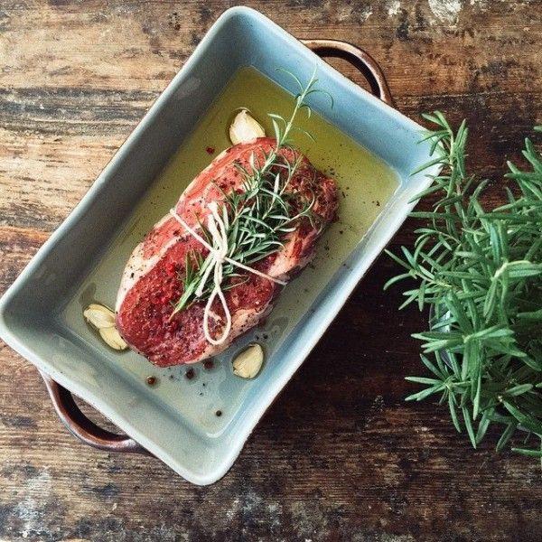 Marinasyon işleminde yağ aromaların et veya balığın içine hapsolmasını sağlar.Asitli bileşenler lifleri parçalayarak etin yumuşamasını sağlar.Marinasyon için sos hazırlarken yağ,asiitli bileşenler ve aromatik lezzetler bir arada olmalıdır. Asit olarak limon,şarap,sirke ,yoğurt,domates,soğan kullanabilirsiniz. Bence kırmızı etlere en çok yakışan baharatlar taze...