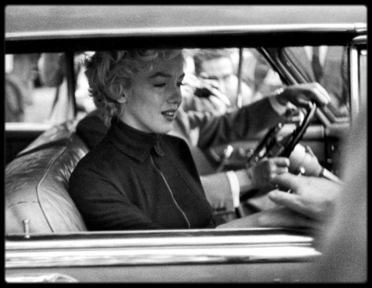 6 Octobre 1954 / (Part III) Annonce du divorce de Marilyn et de DiMAGGIO à la presse, en compagnie de son avocat Jerry GIESLER. / 508 North Palm Drive ; En 1954 elle habite au n° 508 avec DiMAGGIO. Ils emménagèrent dans cette maison quand Marilyn revint sur Los Angeles (après avoir habité à San Francisco avec le sportif) pour tourner « There's No Business Like Show Business » et « The Seven Year Itch ». Ils avaient loué cette  maison pour six mois. La maison de style Tudor comprenait huit…