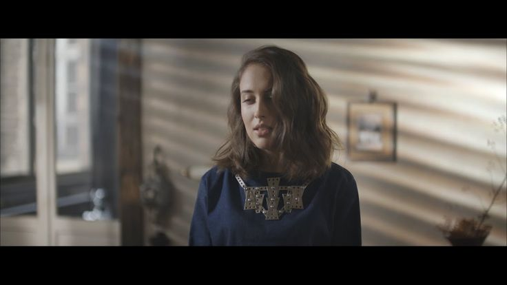 Alice Merton - No Roots (Official Video) - Born in Germany, raised in Canada and around the world, 23 year old Merton founded her own Berlin based label, Paper Plane Records Intl. and just released this groovy tune in 2017.