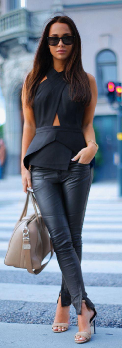 Pantalon en cuir noir, haut avec des lignes asymétriques, lunettes de soleil
