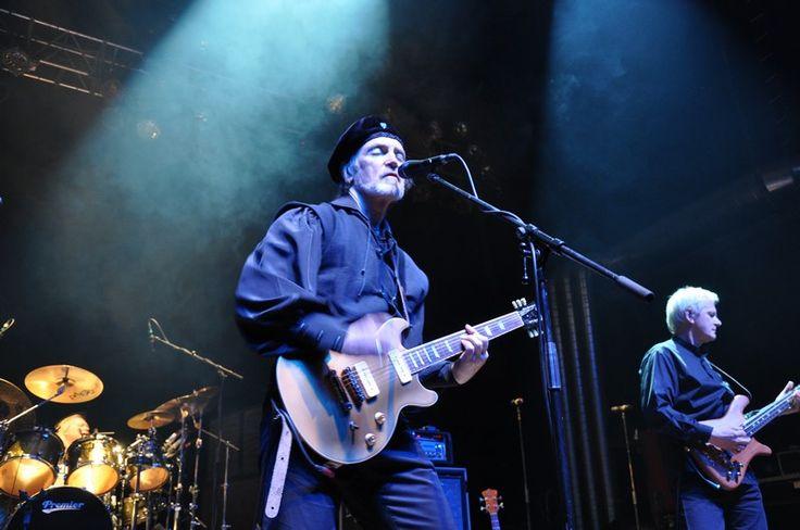 """Eloy live im Z7 - Lange Zeit galt die Progressive-Rock-Band """"Eloy"""", die ihren Namen dem H.G. Wells-Roman """"Die Zeitmaschine"""" entnommen hat, als deutsche Antwort auf Pink Floyd. Auch sie hat sich dem sogenannten Artrock verschrieben. Minutenlange extensive Rockstücke gehören wie auch bei """"Pink Floyd"""" zu ihrem Markenzeichen. Dabei stehen allerdings nicht so sehr Gesang und Gitarre im Vordergrund, sondern vielmehr Orgel- und synthesizerlastige, psychedelische Elemente. Eigentlich hätte """"Eloy""""…"""