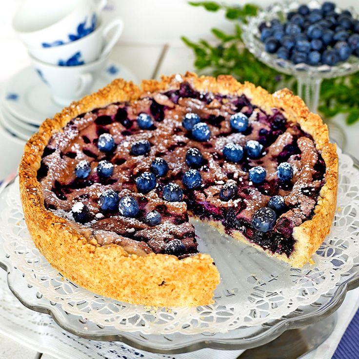 Smarrig paj med blåbär och maräng.