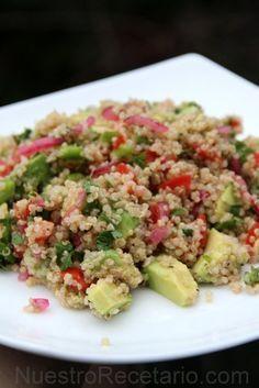 Ensalada de quinua con aguacate y tomate