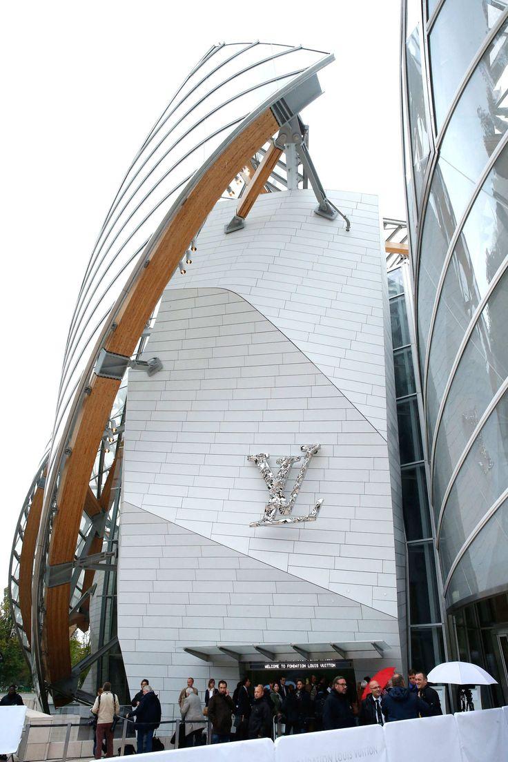 """Nicolas Ghesquière zeigte seine Louis-Vuitton-Kollektion im neuen futuristischen Wahrzeichen von Paris, der ultramodernen """"Fondation Louis Vuitton"""" / Opening Photo: 2014 Rindoff/Charriau"""
