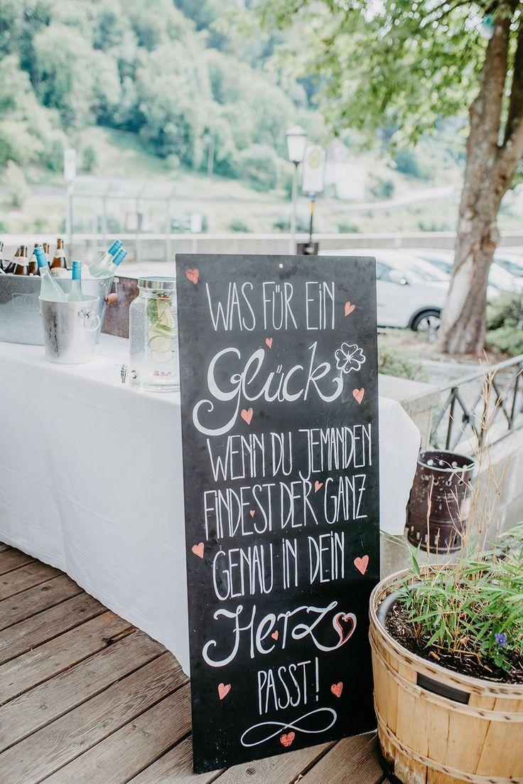 Moderne Hochzeit mit kalligraphischen Details