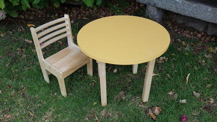 Mesa infantil 60 cms diámetro, 52 cms alto.