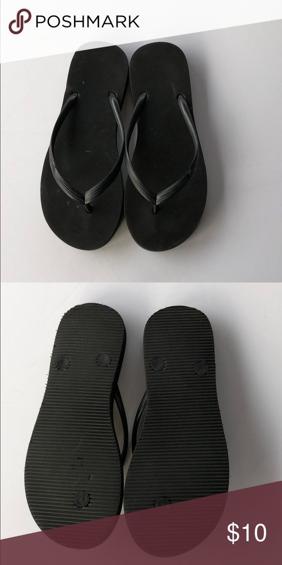"""Abercrombie Kids flip flops Abercrombie kids black flip flops. These are like new. I don't even think she ever wore them. Size 3/4. They measured 9.5"""" Abercombie Kids Shoes Sandals & Flip Flops"""