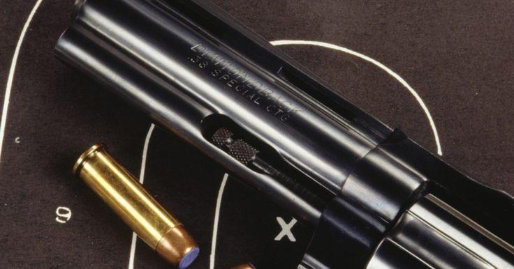 Como desmontar um revólver Taurus. A Taurus fabrica diversas armas de fogo, incluindo pistolas semi-automáticas e revólveres tradicionais. Os revólveres produzidos pela empresa incluem os calibres .38, .357 magnum, .44 magnum e outros, todos com qualidades mecânicas universais. Como toda arma de fogo, revólveres requerem manutenção periódica para continuarem operando em alta ...
