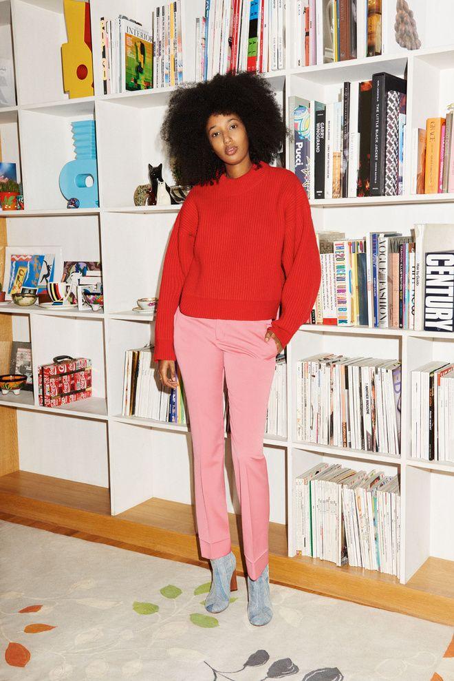 Julia Sarr-Jamois en pull rouge, coupe afro et pantalon rose