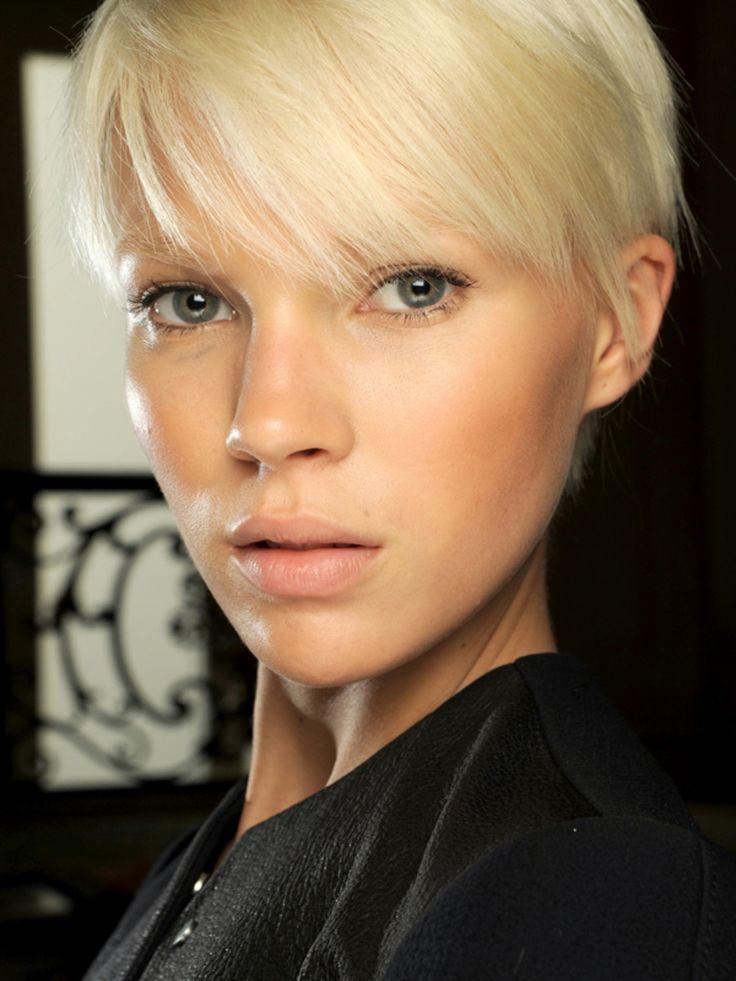 у вас есть песчаные светлые волосы, и вы хотите, чтобы это было круто блондинка. Если вы покупаете песчаный блондинка цвет волос, это будет слишком тепло, и вы собираетесь в конечном итоге с оранжевой блондинки.   Но если вы покупаете пепельный блондин, то он нейтрализует теплые тона уже в ваших волосах, так что вы будете в конечном итоге с тем, что вы хотите-круто блондинка.
