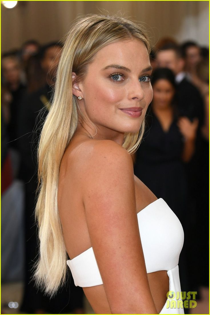 Margot Robbie Stuns in White Cut-Out Dress at Met Gala 2016 | 2016 Met Gala, Margot Robbie, Met Gala Pictures | Just Jared