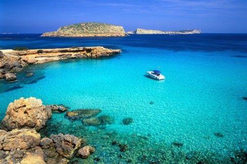 Vi presentiamo Ibiza http://www.youtube.com/watch?v=n6Nwh9Vnm5A Ibiza è una delle isole Baleari, situata nel Mare Mediterraneo; appartiene politicamente alla Spagna e con Formentera è una delle due isole Pitiuse. Le sue città principali sono: Ibiza, Santa Eulària des Riu e Sant Antoni de Portmany. Info Moodalità Viaggi mail: moodeliteinfo@gmail.com