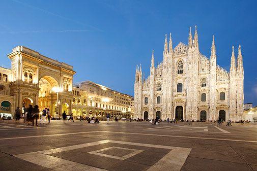 10 Tipps für Mailand / Milano / Blick über den Domplatz auf Mailänder Dom und Galleria Vittorio Emanuele II am Abend, Mailand, Lombardei, Italien (Foto von: Ingolf Pompe/LOOK-foto)