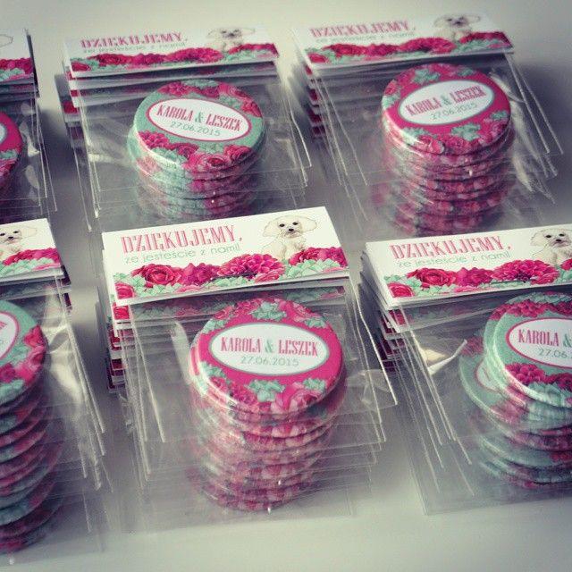 Magnesy jako podziękowanie dla gości weselnych :) projektpinlove.blogspot.com #podziękowania #prezenty #weselne #magnes #pinlove #przypinki #pins #magnet #magnets #gift #projektślub #pieseł #kwiaty #fuksja #mięta #ślub