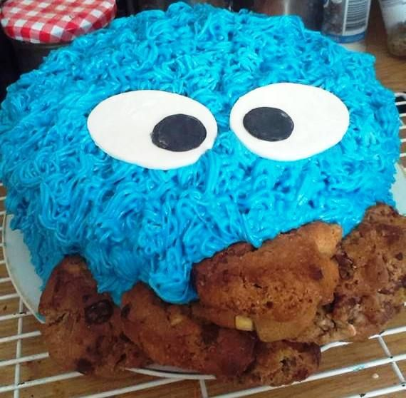 I made a Cookie Monster Cake for my husband's 40th birthday and it has something special inside ;)