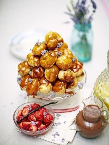 """Крокембуш рецепт праздничного торта  Крокембуш рецепт который часто готовят на праздники, на свадебный стол, иногда высотой до 50 см. Этот праздничный торт от Джейми совсем несложно приготовить! Он покажет, как!  Крокембуш - рецепт французской кухни. И обозначает (в переводе) """"хруст во рту""""... смешно, правда? Торт крокембуш - это пирамидка из заварных пирожных, наполненных кремом и скрепленных карамелью или сахарными нитями."""