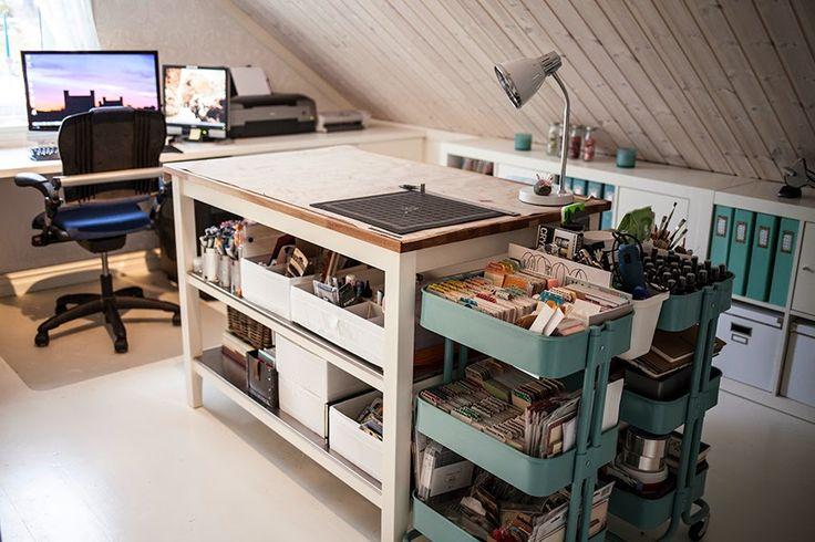 中央に作業用カウンターのある、IKEAものを多用したロフトのワークスペース1